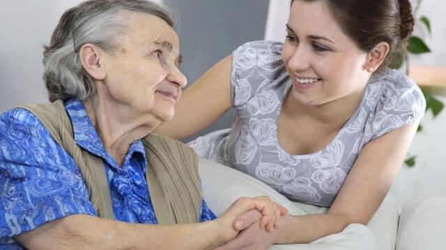 Cómo iniciar un negocio de servicio a ancianos